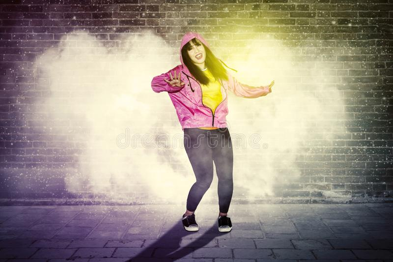 Hip-Hop-Tänzer, der Tänze mit Rauche durchführt stockbild