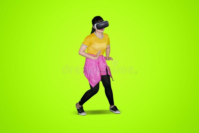 Hip-Hop-Tänzertanzen mit Kopfhörer der virtuellen Realität lizenzfreie stockfotos