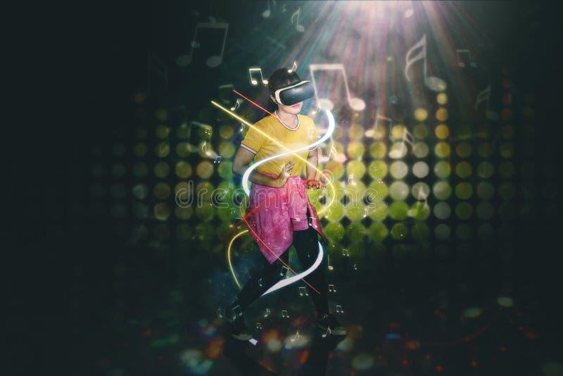 Hip-Hop-Tänzertanzen mit VR-Kopfhörer stockfoto