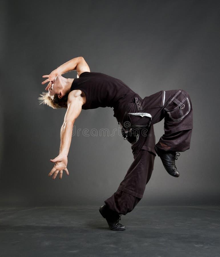 Hip-hopkerl, der kühle Bewegung zeigt lizenzfreie stockbilder