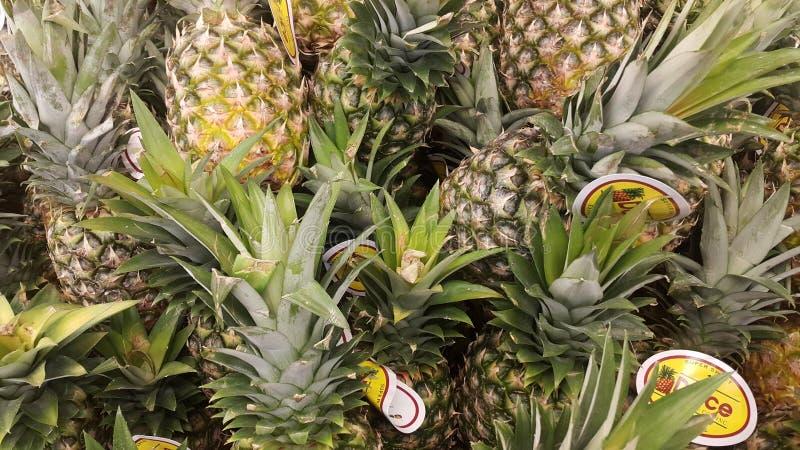 Hipermercado de Carrefour do abacaxi foto de stock