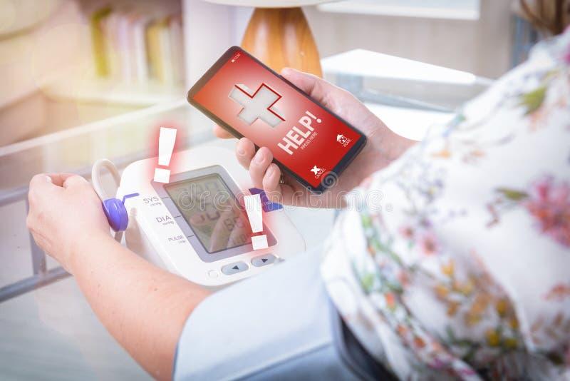 Hipertensão - chamando para a ajuda com telefone esperto app fotos de stock royalty free