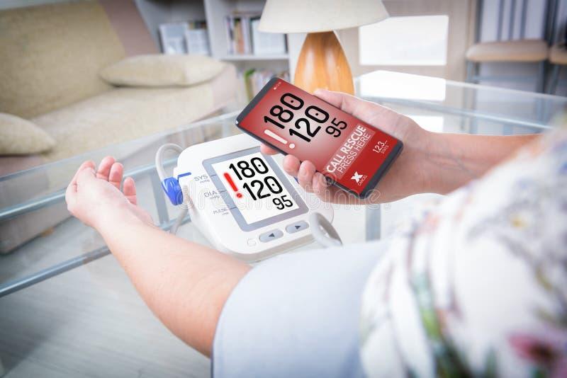 Hipertensão - chamando para a ajuda com telefone esperto app fotografia de stock royalty free