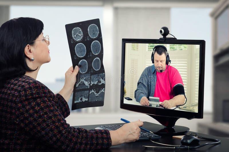 A hipertensão sofrida homem está sob o cuidado do telehealth imagens de stock royalty free