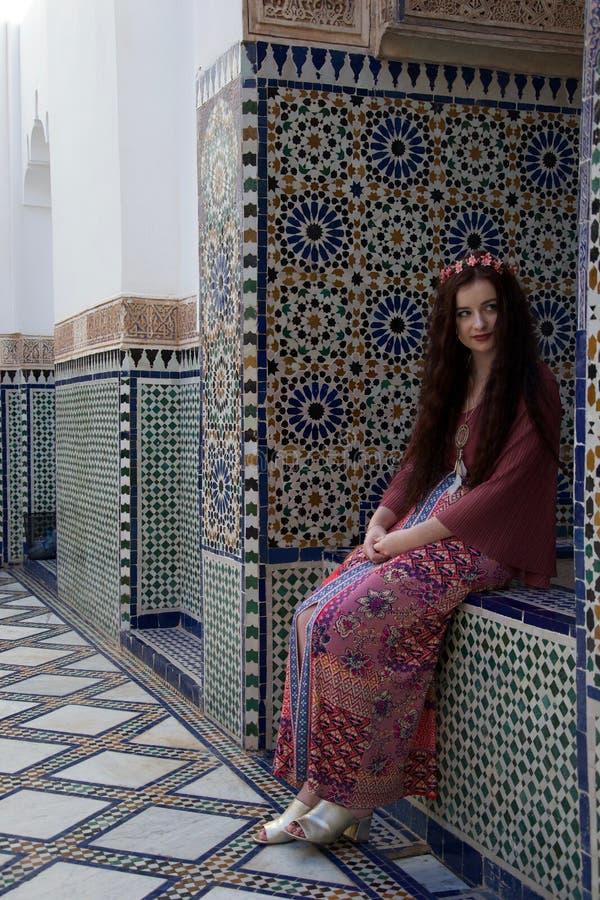 Hipis dziewczyna ono uśmiecha się obok piękny Marokański taflować zdjęcia stock