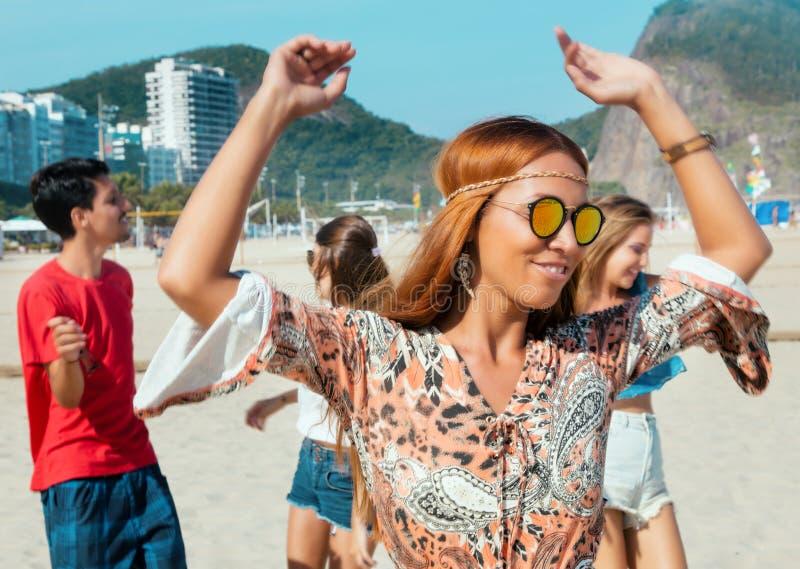 Hipis dziewczyna z grupą mężczyzna i kobieta przy na wolnym powietrzu festiwalem zdjęcie royalty free
