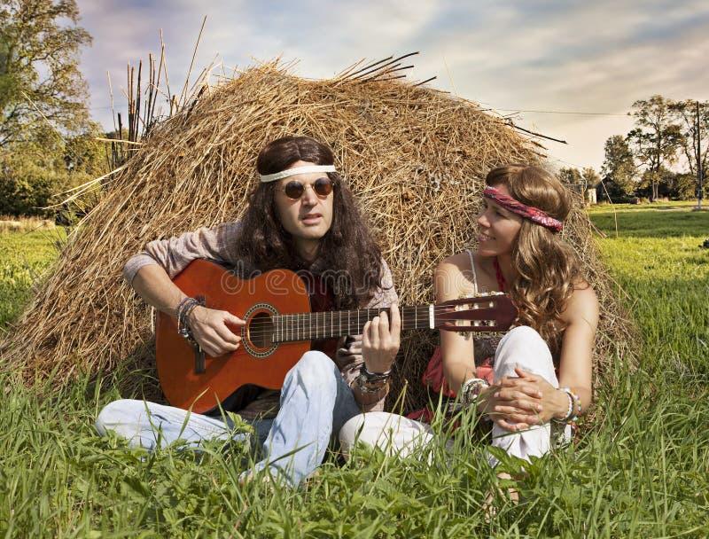 Hipis para bawić się gitarę zdjęcie stock