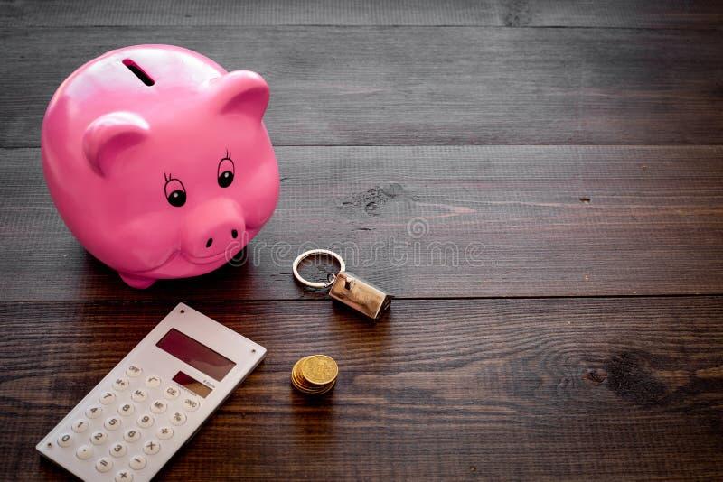 hipoteca Ahorros para la casa de la compra Moneybox en la forma del cerdo cerca del llavero en la forma del coche, monedas, calcu imagen de archivo
