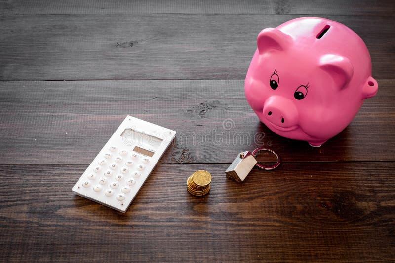 hipoteca Ahorros para la casa de la compra Moneybox en la forma del cerdo cerca del llavero en la forma del coche, monedas, calcu fotos de archivo