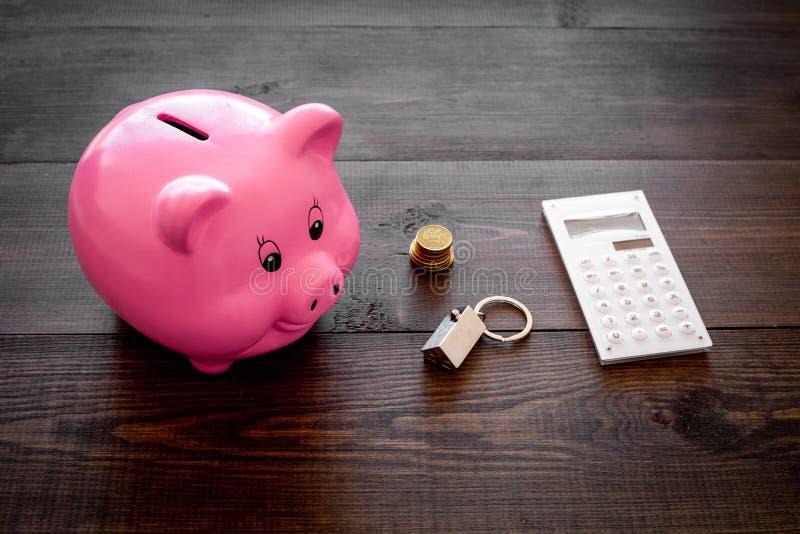 hipoteca Ahorros para la casa de la compra Moneybox en la forma del cerdo cerca del llavero en la forma del coche, monedas, calcu fotos de archivo libres de regalías