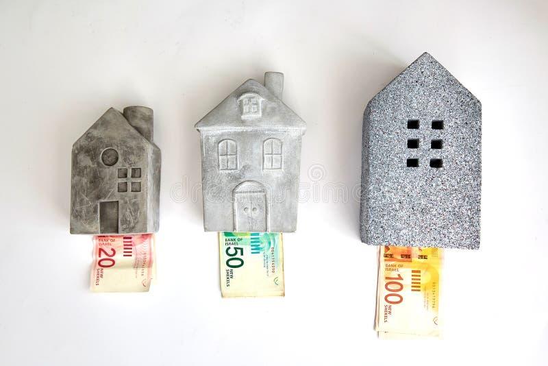 Hipoteca y concepto de la burbuja de vivienda en Israel: el dinero ajustó la casa hecha de billetes de banco de 100, 50, 20 imágenes de archivo libres de regalías