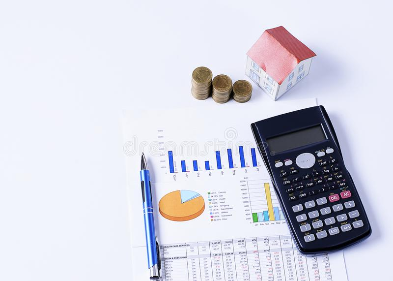 Hipotecznych pożyczek pojęcie z domu papierem, monety stertą z piórem i kalkulatorem na biznesowej mapie obraz royalty free