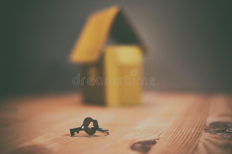 hipoteki, inwestycji, nieruchomości i własności pojęcie domu model i domów klucze, - obraz royalty free