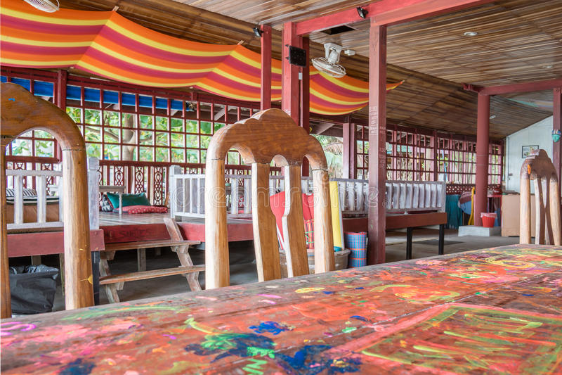Hipperestaurant in flower power-stijl met houten meubilair stock afbeelding