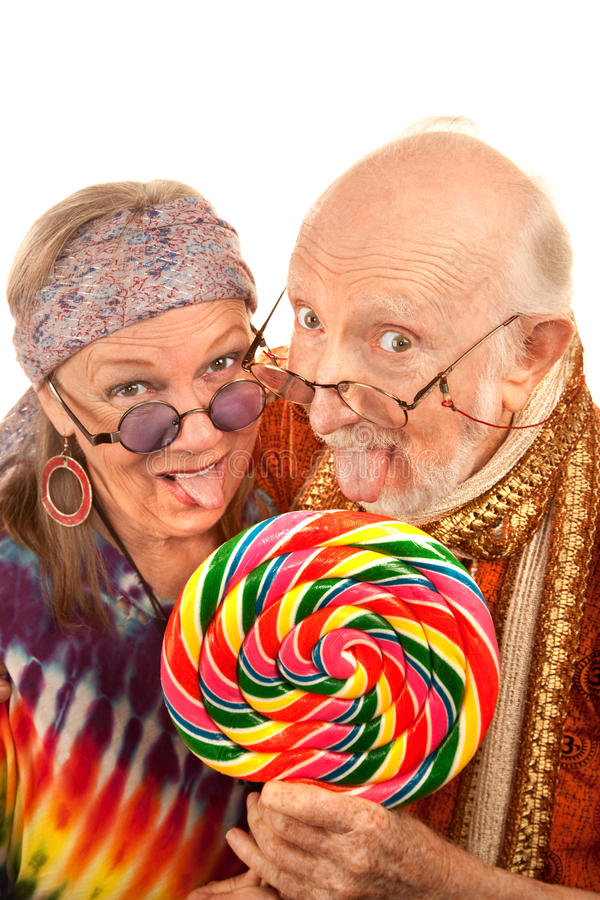Hippieältere, die einen Lutscher lecken lizenzfreies stockfoto