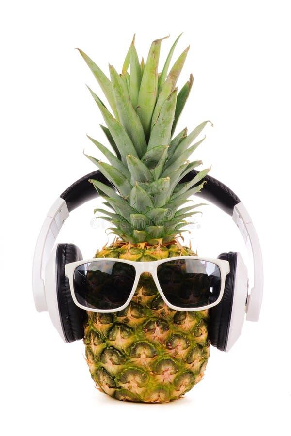 Hippie-Ananas mit der Sonnenbrille und Kopfhörern lokalisiert auf Weiß stockfotos