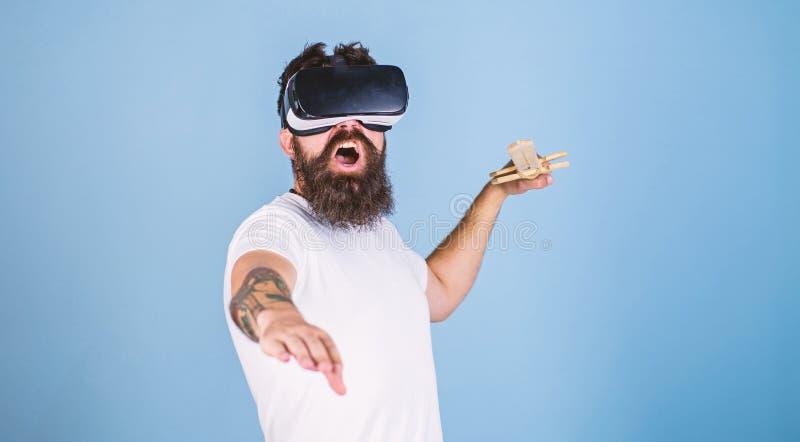 Hippie auf schreiendem Gesicht genie?en Spielspiel in der virtuellen Realit?t Mann mit Bart in VR-Gl?sern, hellblauer Hintergrund stockfoto
