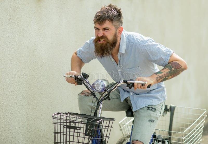 Hippie avec la bicyclette tatouée de tour de bras Voyage barbu d'homme par transport de vélo Homme de mode avec la longue barbe d images libres de droits