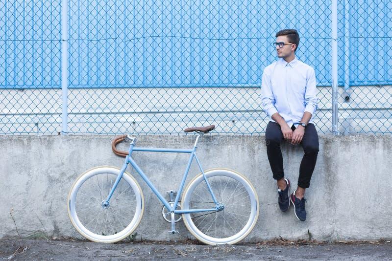 Hippie avec le vélo à la mode photo stock