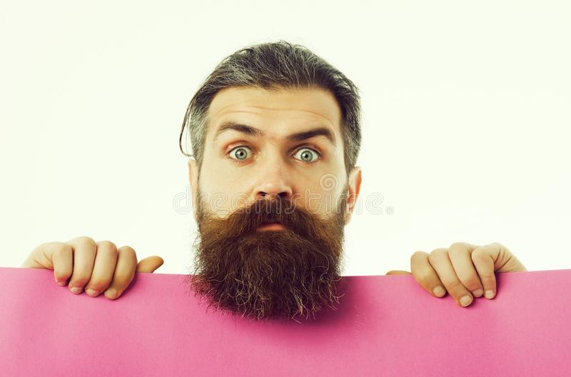 Hippie barbu étonné d'homme avec le papier violet d'isolement sur le blanc images libres de droits