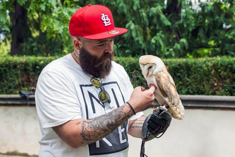 Hippie barbu avec un hibou dans sa main photos libres de droits