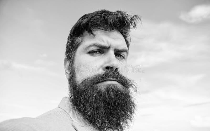 Hippie barbu d'homme avec le fond de ciel bleu de moustache Astuces expertes pour la moustache croissante et de maintien Hippie s image stock