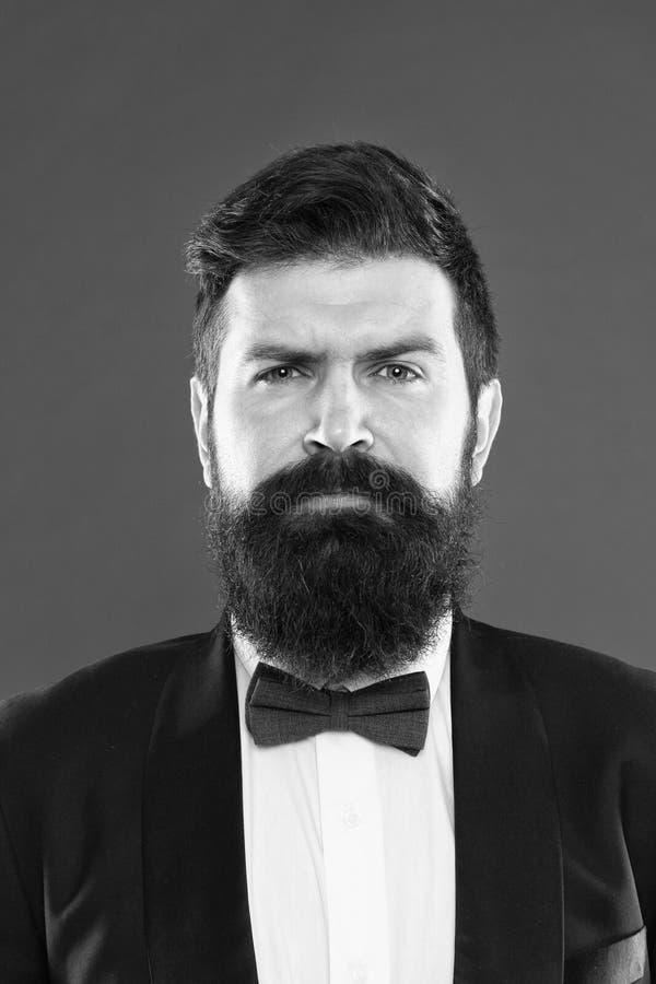 Hippie barbu d'homme utiliser l'?quipement classique de costume Style chic Prenez grand soin de costume Elegancy et style masculi images libres de droits