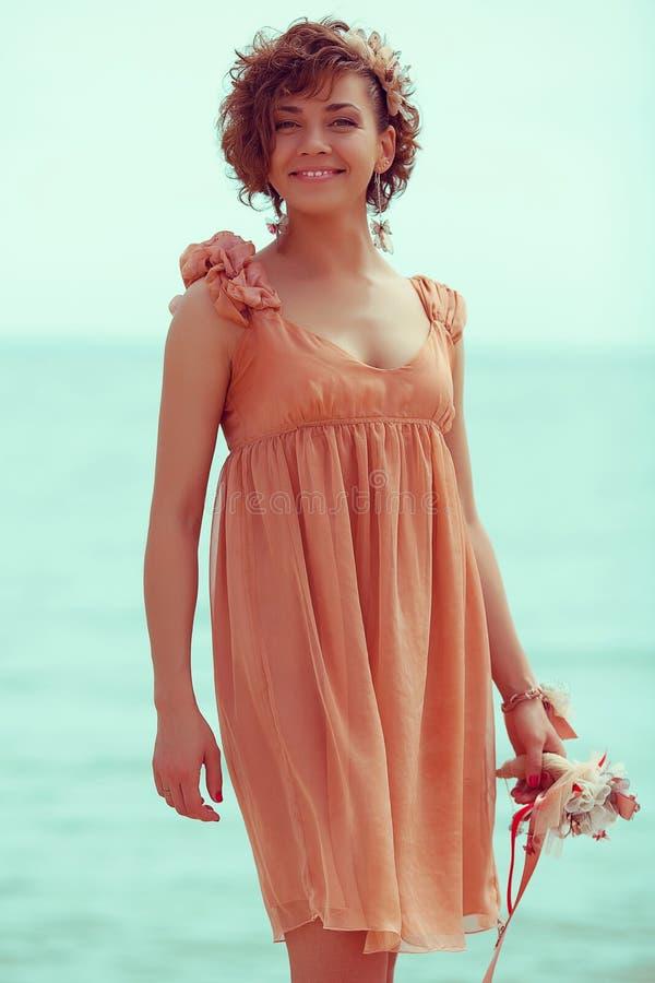 Hippie-Brautkonzept: Porträt der schönen jungen Frau lizenzfreies stockfoto