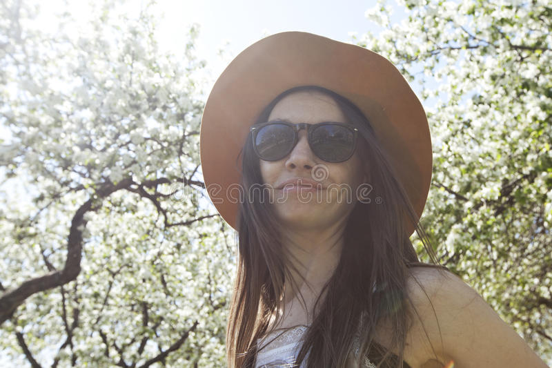Hippie da menina no jardim de florescência da mola fotos de stock royalty free