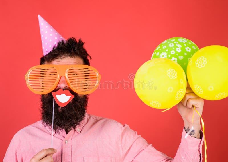 Hippie dans la célébration géante de lunettes de soleil Le type dans le chapeau de partie avec des ballons à air célèbre Concept  images stock