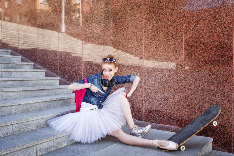 Hippie de danseur classique s'asseyant sur les escaliers photos stock