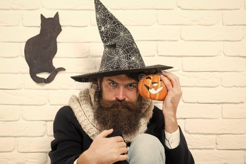 Hippie de Halloween avec le symbole de potiron et de chat noir sur le mur photos libres de droits