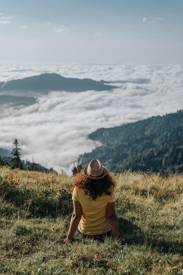 Hippie de voyageuse de femme regardant en avant les montagnes étonnantes et la vue de vallée images stock