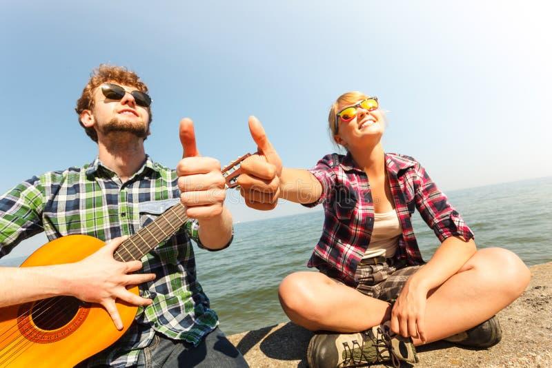 Hippie des jungen Mannes mit Gitarre und Frau stockfotografie