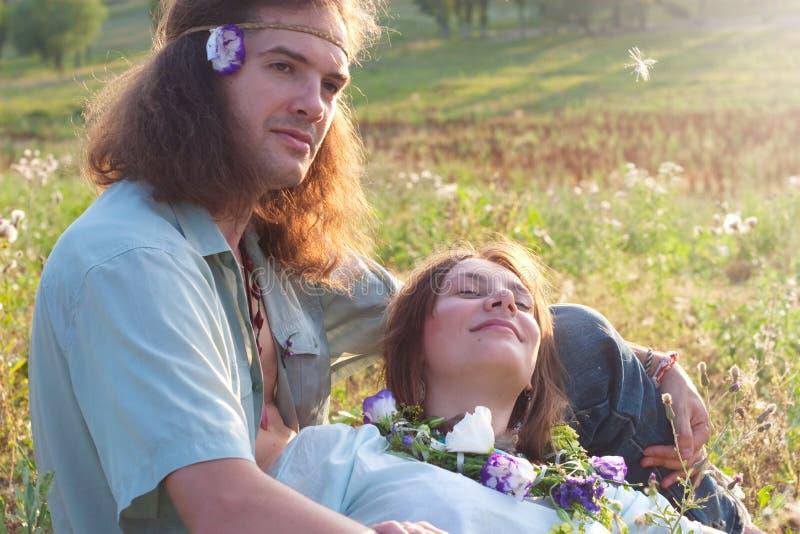 Hippie enamoured luz solar dos pares imagens de stock royalty free
