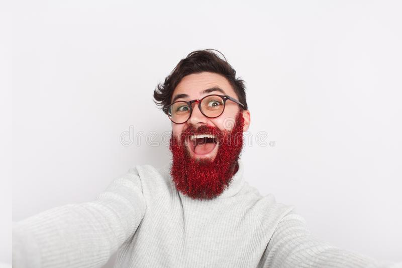 Hippie fou enthousiaste avec la barbe rougeoyante photos libres de droits
