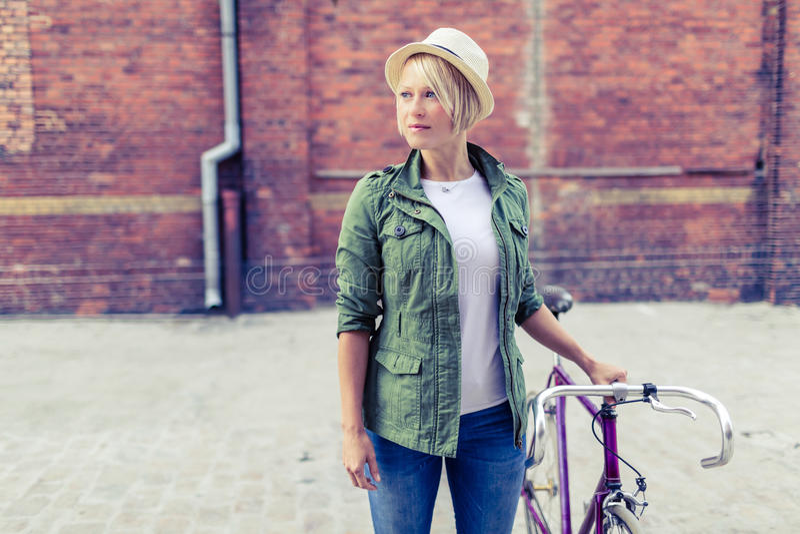 Hippie-Frau mit Weinleserennrad in der Stadt stockfotos