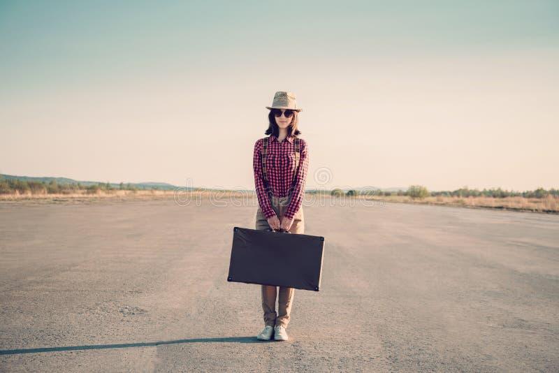 Hippie-Frau steht auf Straße lizenzfreies stockfoto