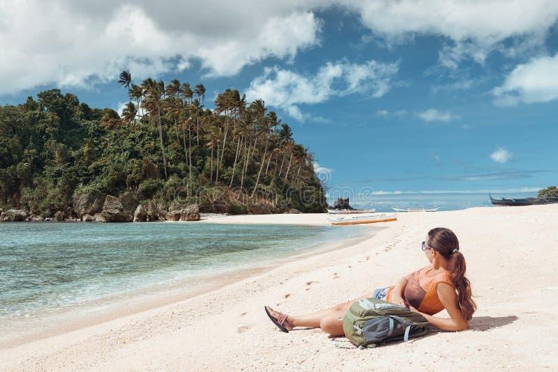 Hippie-Frauenreisender mit Rucksack auf dem Küstengenießen islan lizenzfreie stockfotografie