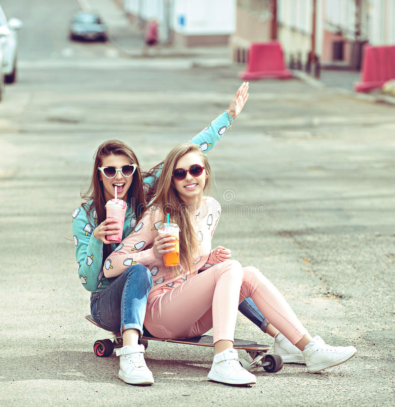 Hippie-Freundinnen, die ein selfie in der städtischen Stadt nehmen lizenzfreie stockbilder