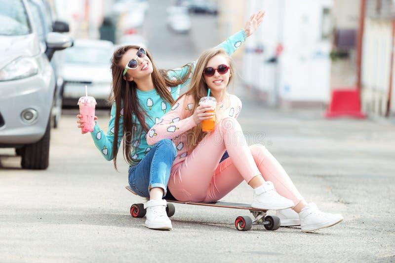 Hippie-Freundinnen, die ein selfie in der städtischen Stadt nehmen lizenzfreie stockfotografie