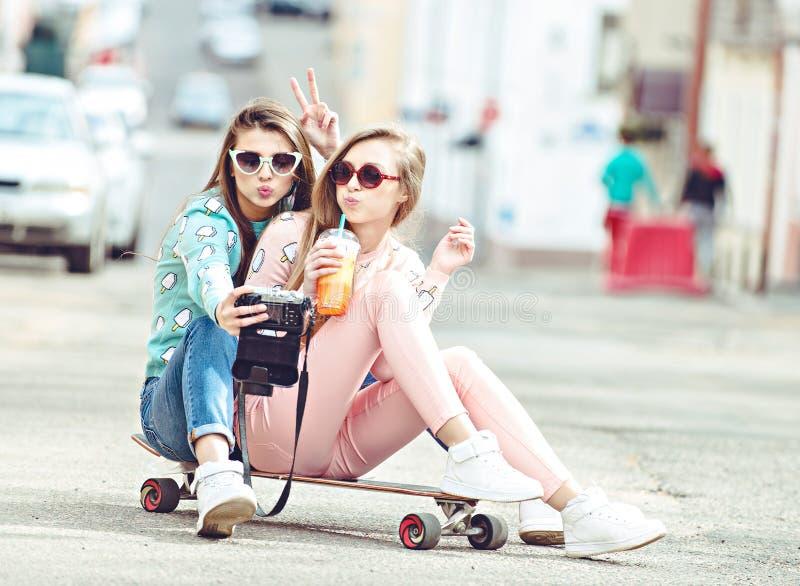 Hippie-Freundinnen, die ein selfie in der städtischen Stadt nehmen stockbilder
