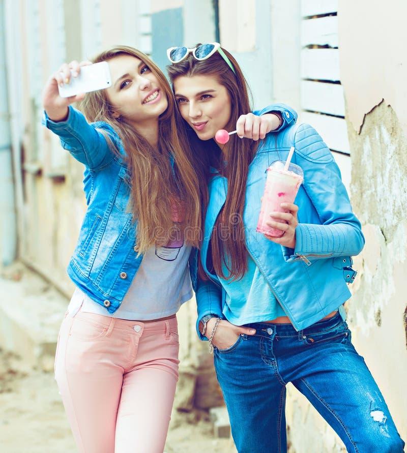 Hippie-Freundinnen, die ein selfie in der städtischen Stadt nehmen stockfoto