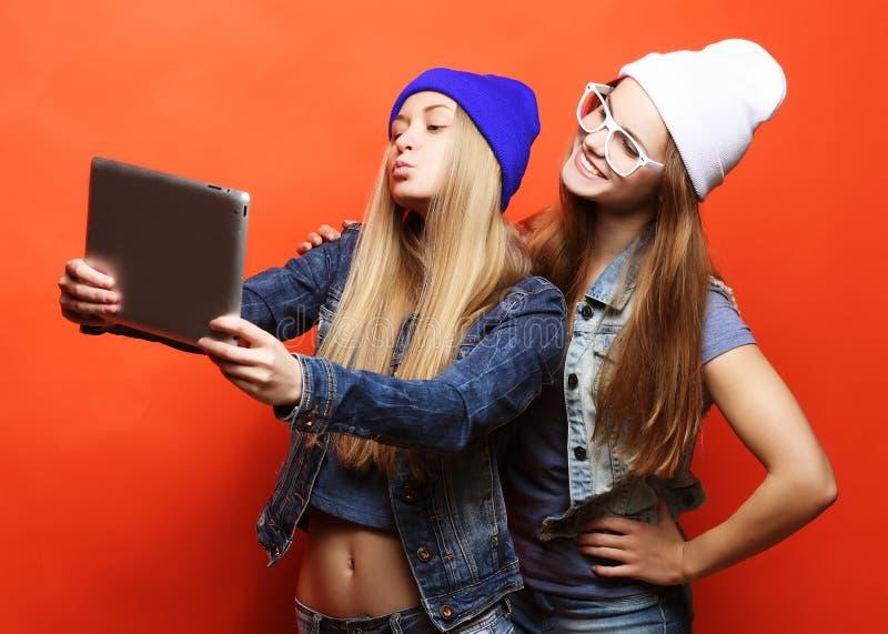 Hippie-Freundinnen, die selfie mit digitaler Tablette, Studio nehmen lizenzfreie stockfotografie