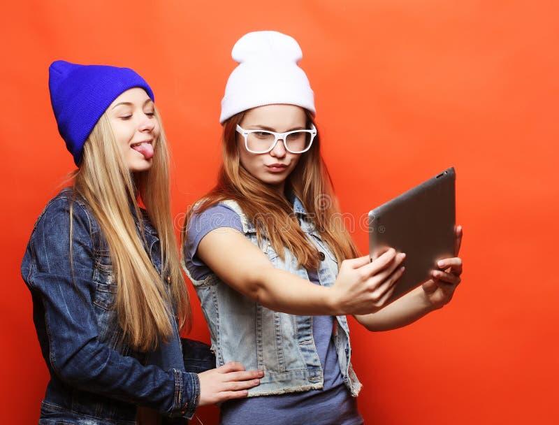 Hippie-Freundinnen, die selfie mit digitaler Tablette, Studio nehmen stockbilder