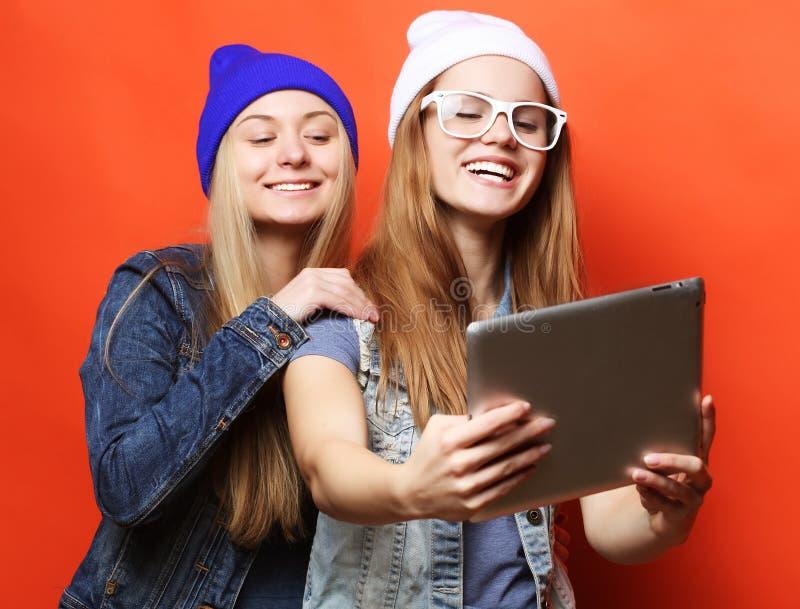 Hippie-Freundinnen, die selfie mit digitaler Tablette, Studio nehmen lizenzfreies stockfoto
