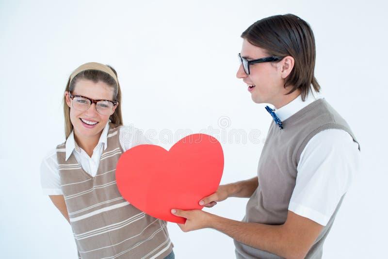 Hippie Geeky offrant le coeur rouge à son amie photos libres de droits