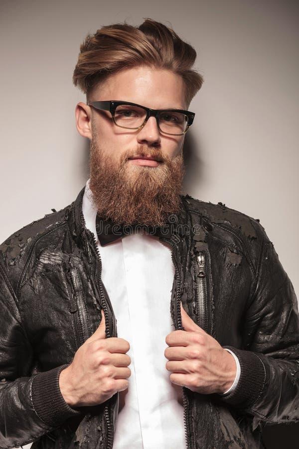 Hippie-Geschäftsmann, der seinen Kragen zieht stockbilder