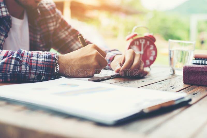 Hippie-Geschäftsmann-Working-Schreiben bestimmen Arbeitsplatz Lifestyl lizenzfreie stockbilder