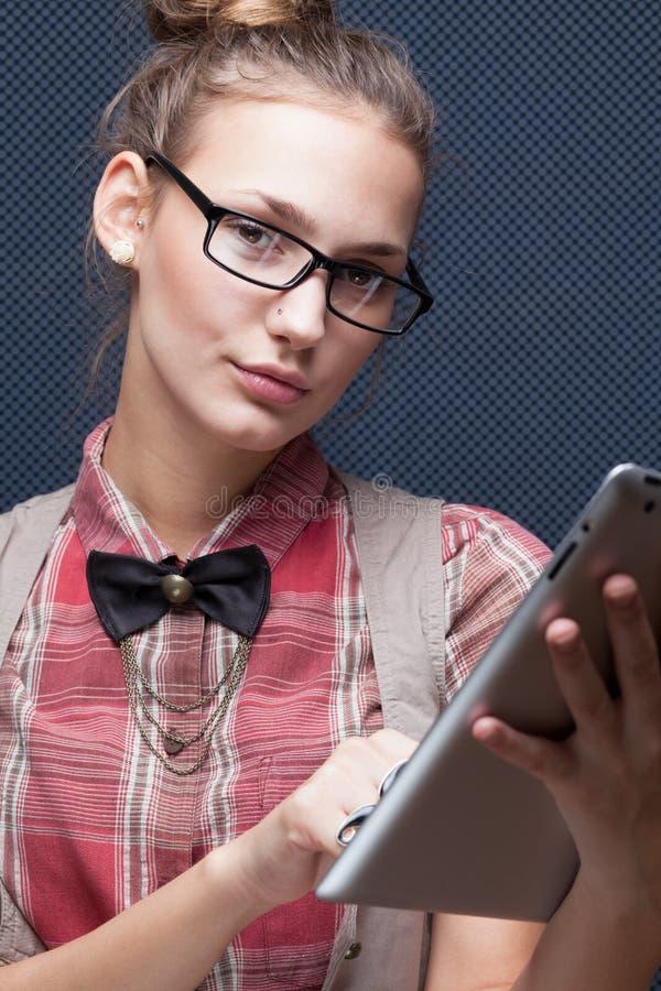 Hippie-Mädchen in den Gläsern lizenzfreie stockfotografie